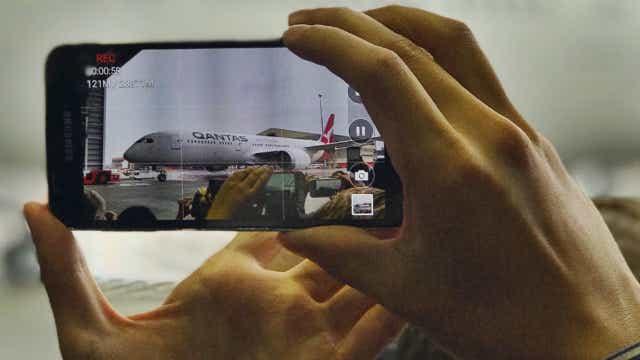 Qantas dreamliner touches down in Sydney