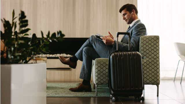 travel credit and debit card ratings lounge access
